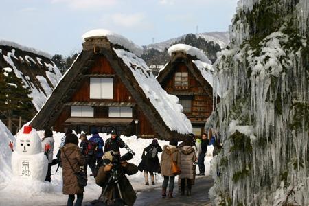 岐阜県白川村の白川郷で18日、合掌造り集落のライトアップ ⑨