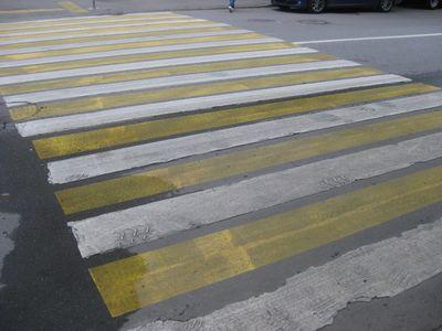 黄色と白の横断歩道