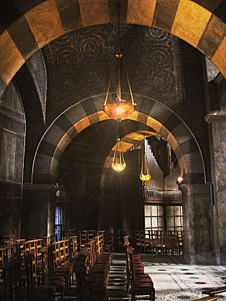 450px-Aachen-cathedral-inside.jpg