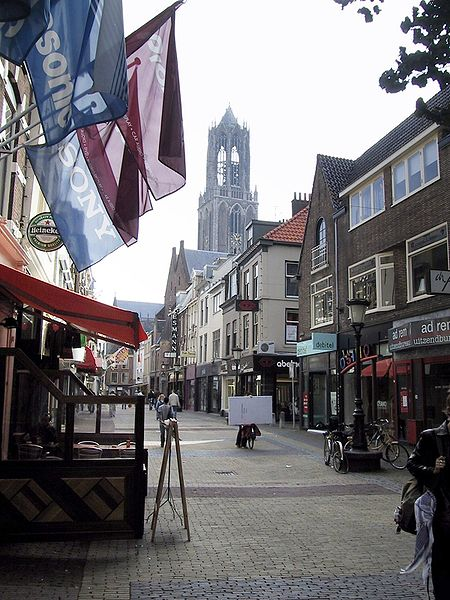 450px-Utrecht-Street_and_Dom_Tower_2004-09_01.jpg