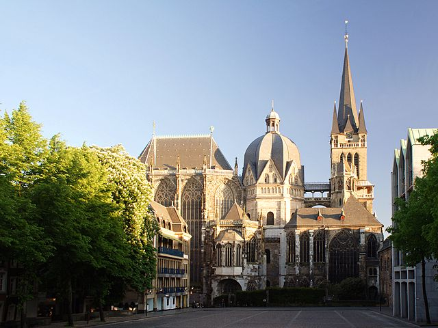 640px-Aachen_Cathedral_North_View_at_Evening.jpg