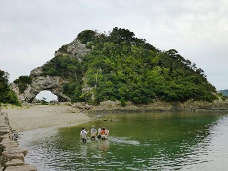 ビーチでふれあい 眼鏡岩 背景