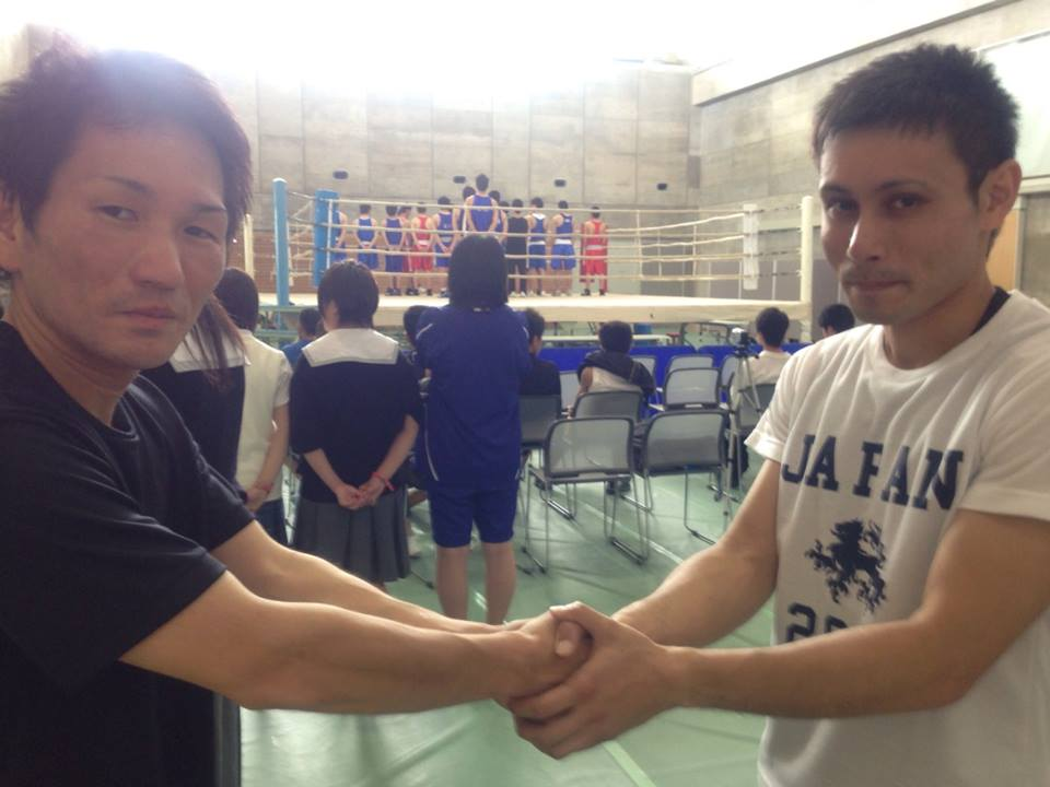 対戦選手と握手
