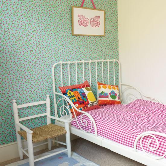 Pretty-patterned-girls-bedroom.jpg