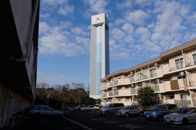 神奈川県営大庭団地の給水塔と住棟