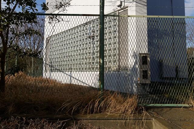 神奈川県営大庭団地給水塔基部のガラスブロック
