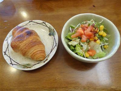サラダとクロワッサン
