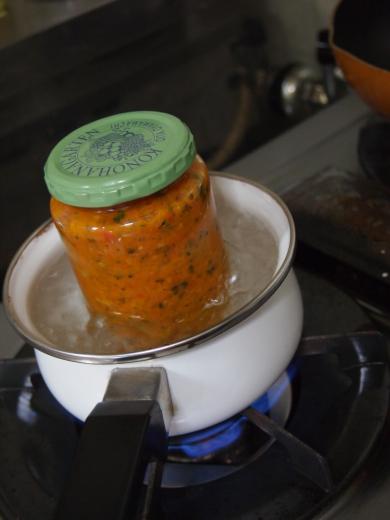 脱気処理中のトマトソース