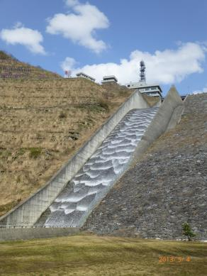 ダムからの放水