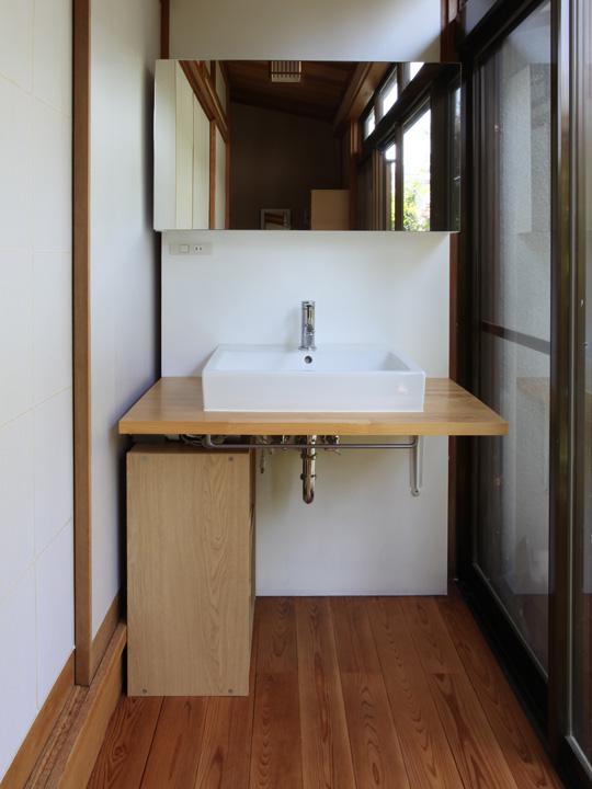 リノベーション後の縁側と洗面台