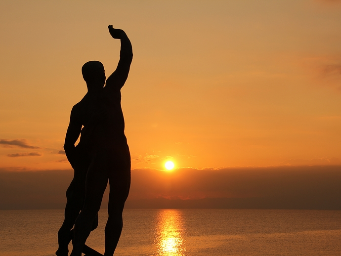 稲村ヶ崎の夕日 ブロンズ像のシルエット