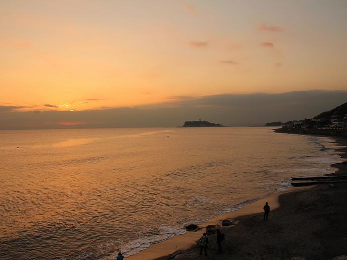 夕暮れの七里ヶ浜と江ノ島