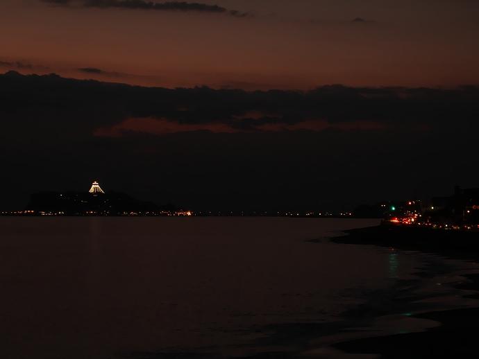 日没後の七里ヶ浜と江ノ島