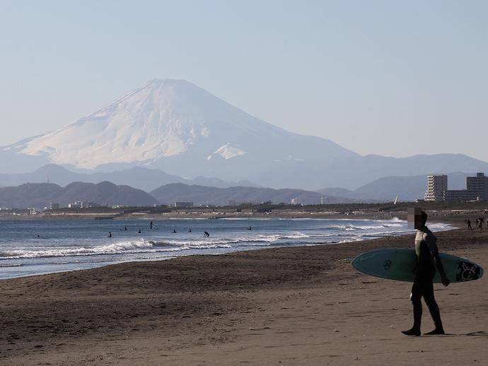 富士山とサーファー 湘南・鵠沼海岸