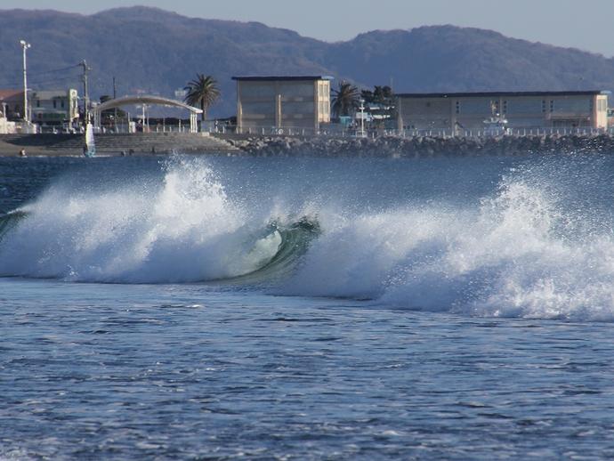 冬の鵠沼海岸 カールした波
