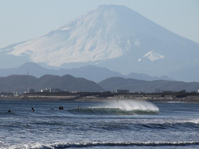 海の向こうの冬富士 湘南・鵠沼海岸より