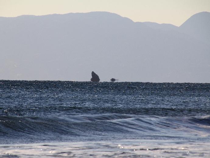 浮島で見えなくなっている烏帽子岩 湘南・鵠沼海岸より