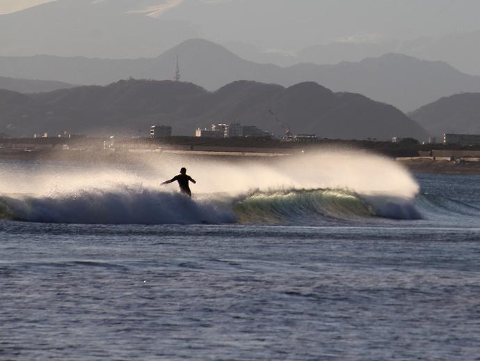 冬の鵠沼の波とサーファー