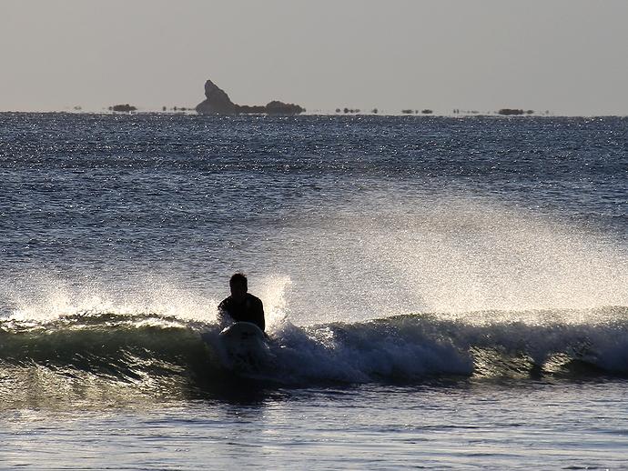 湘南のサーファーと浮島現象(鵠沼海岸)