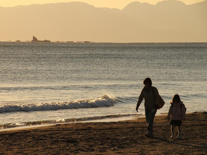 夕方の鵠沼を散歩する親子 浮島現象とともに
