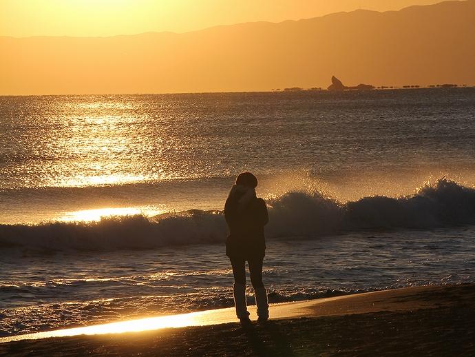 夕方の鵠沼を撮る女性 鵠沼海岸にて
