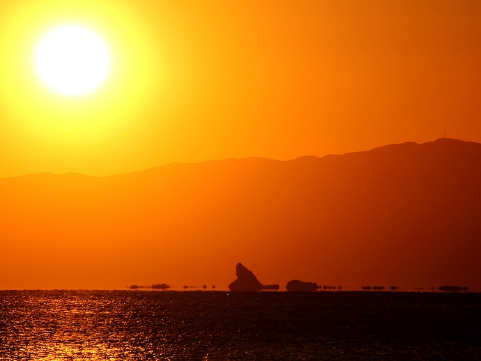 夕日と浮島現象のシルエット 湘南・鵠沼海岸にて