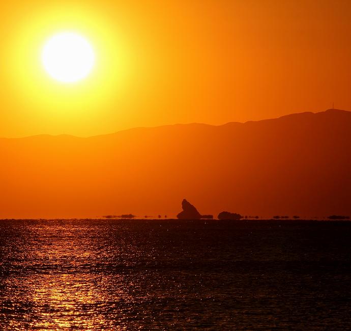 茅ヶ崎・烏帽子岩の浮島現象シルエット夕日とともに