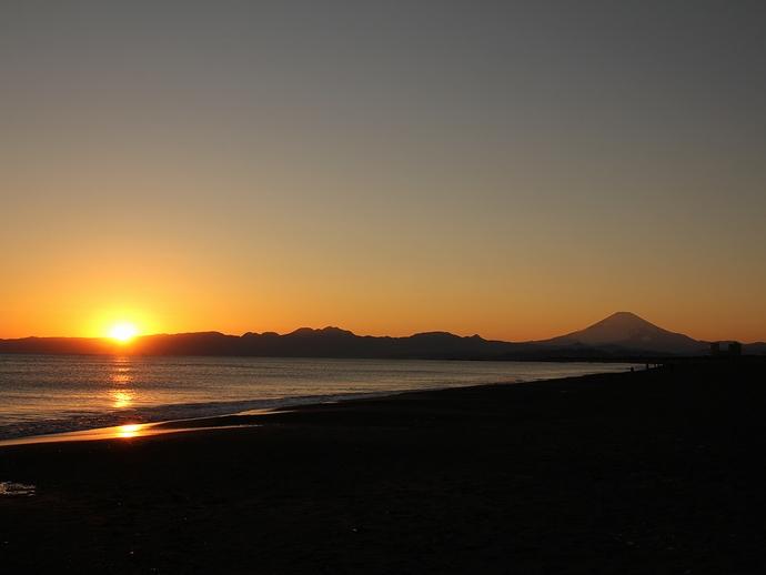 鵠沼から見た夕日と富士山