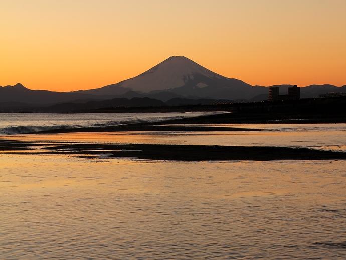 鵠沼海岸 夕暮れの富士山シルエット
