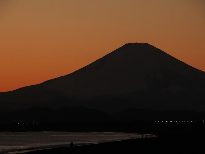 富士山のシルエット 冬の湘南鵠沼海岸より