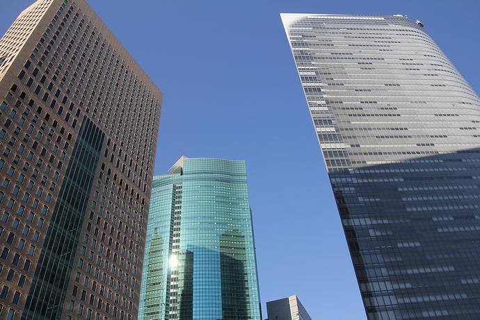 汐留の高層ビル街 冬場れの下で
