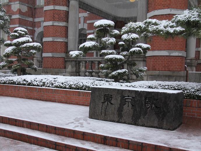 雪の東京駅碑