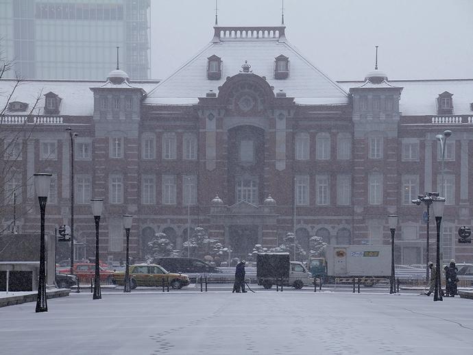 雪に霞む東京駅赤レンガ駅舎