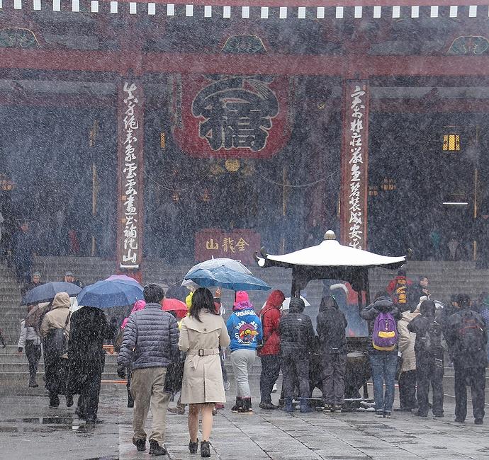 東京観光名所・雪降る中の浅草寺