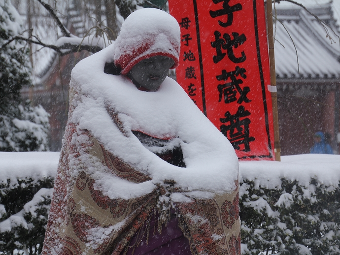 雪降り積もるお地蔵様 浅草寺にて