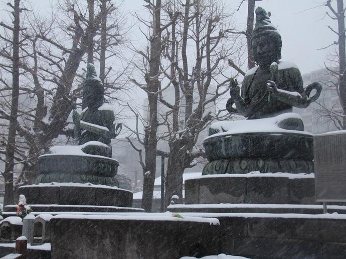 雪降り積もる大仏様 浅草寺にて