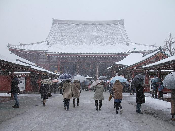 浅草寺雪景色 宝蔵門より本堂を眺める