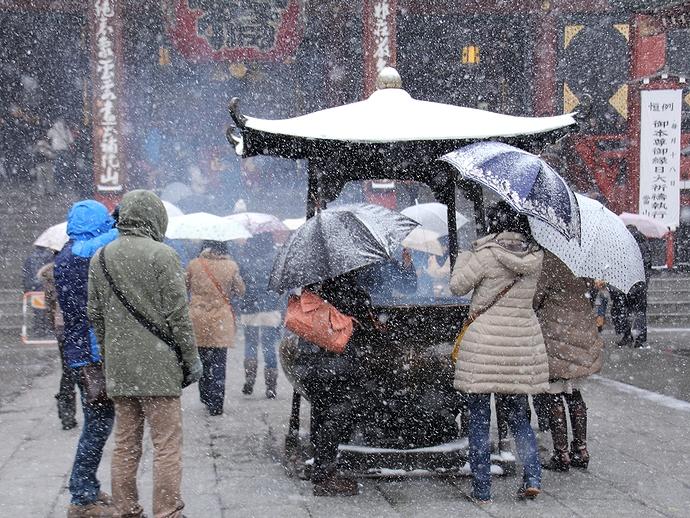 雪の中煙を浴びて 浅草寺の香炉