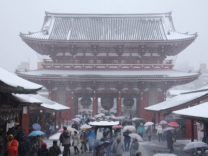 東京・浅草寺の雪景色 本堂より宝蔵門を眺める