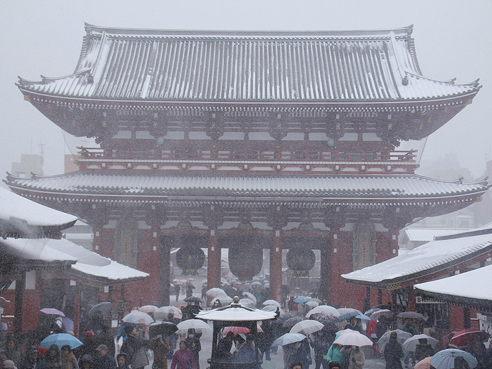 東京浅草寺の雪景色 境内本堂より