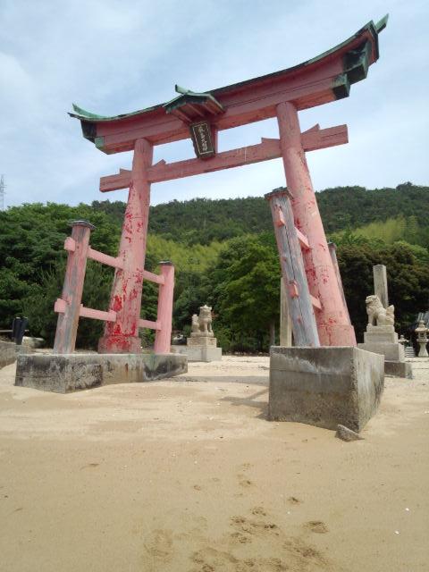 浜辺から見ると厳島神社の鳥居映えています