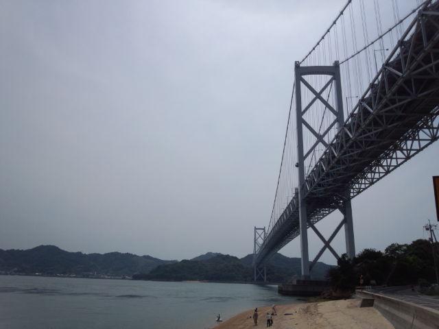 因島大橋を真下から見る