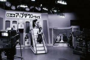 昭和36年から20年間放送された「アップダウンクイズ」、途中から「夢のハワイにご招待」と言わずに。単に「ハワイにご招待」になってしまった
