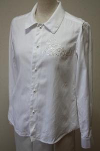 白刺繍ブラウス
