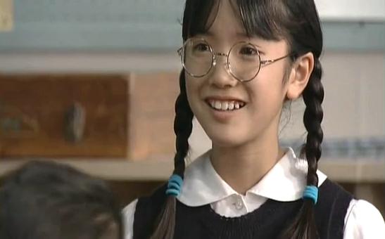メガネをかけた美山加恋