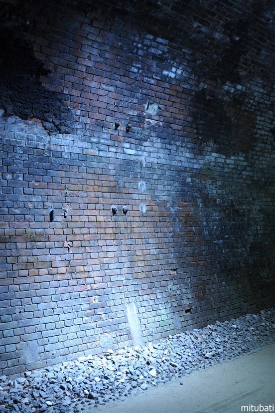 廃トンネル 壁
