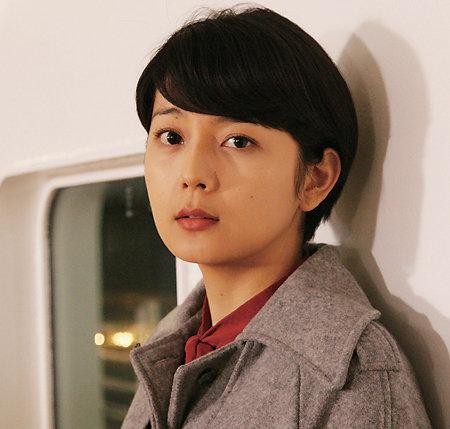 コートを着た菊池亜希子
