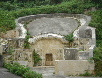Okinawa_turtle_back_tomb.jpg