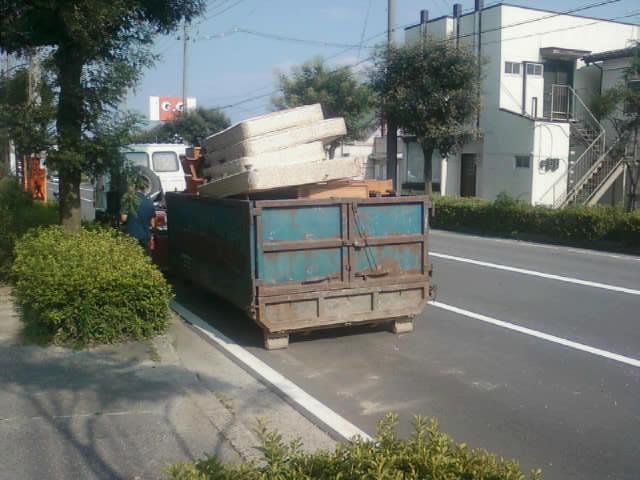 4tアーム式トラックでのゴミ回収