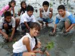 子供達と植林活動
